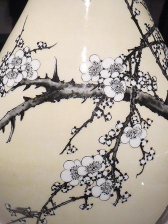 黄釉銹絵梅樹図大瓶.jpg